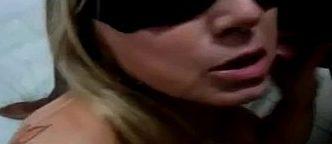Esposa na suruba com de três negões