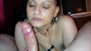 Mãe engolindo a porra do filho