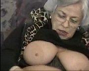 Vovó batendo siririca até gozar