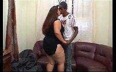 Sexo anal com gorda e jovem entregador
