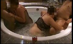 Suruba na banheira com gordinhas tesudas