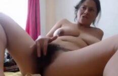 Coroa amadora da buceta peluda se masturbando