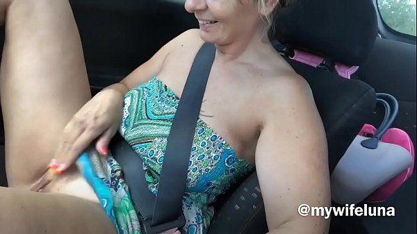 Coroa gostosa se masturbando no carro