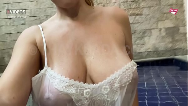Casada gostosa de camiseta molhada
