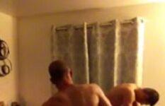 Corno esposa e amigo no quarto do casal